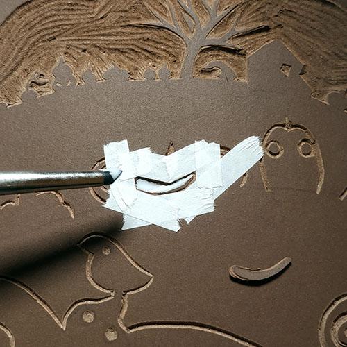 Réparation : application de la colle à bois dans le trou